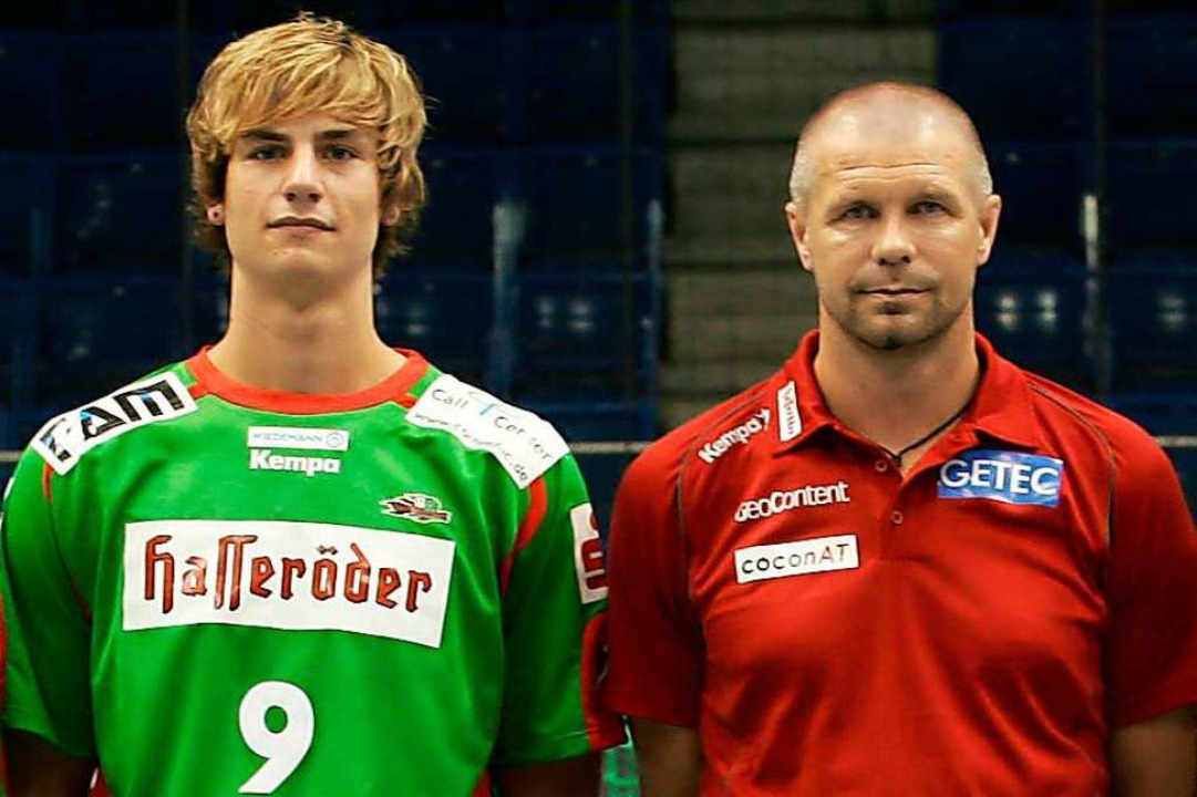 Anno 2007: Dennis Krause (links) als N...Nationaltrainer Bogdan Wenta (rechts).  | Foto: Jens Wolf