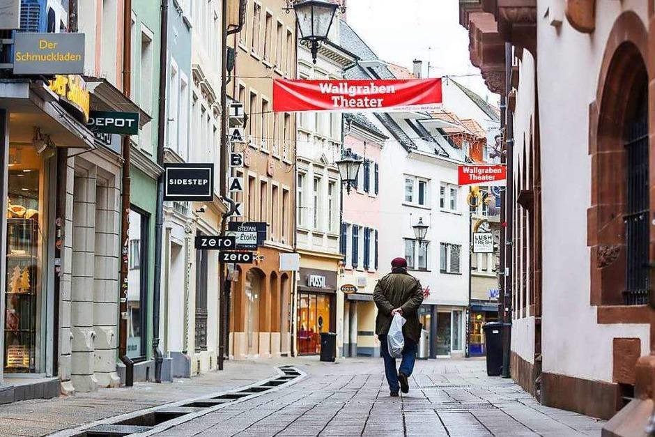 Geschlossene Läden, eine verlassene Fußgängerzone und Grußschilder der Ladenbesitzer – Freiburg im zweiten Lockdown (Foto: David Lohmueller)