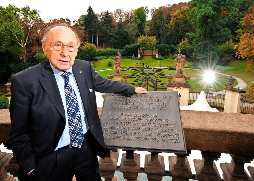 Genscher auf dem Balkon der Botschaft ...hre Ausreise  in den Westen verkündet.  | Foto: Ralf Hirschberger