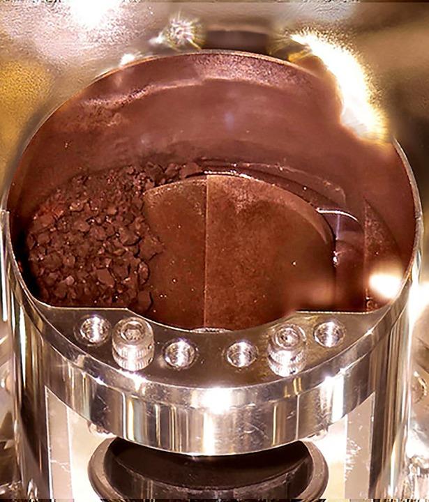Sieht wie Kaffeepulver aus: Gesteinsprobe von Ryugu.  | Foto: HANDOUT (AFP)