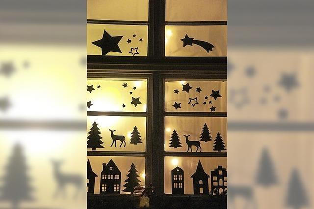 Adventsweg zu geschmückten Fenstern