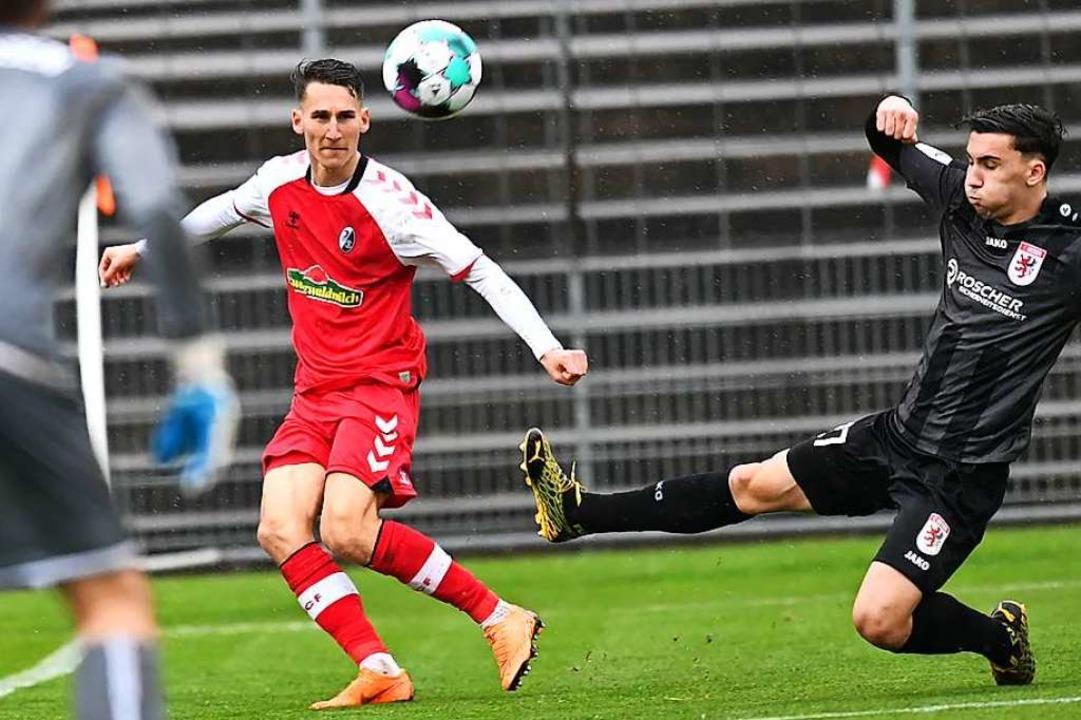 Bringt auf der rechten Seite viel Tempo ins Spiel: der SC-Spieler Konrad Faber    Foto: Achim Keller
