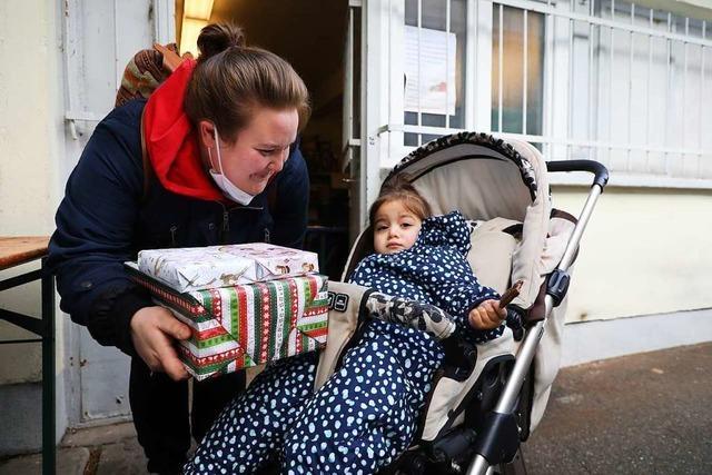 Die Lahrer Tafel überreicht 1000 Geschenke für die Kinder der Kunden