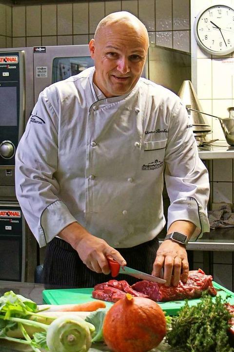 Küchenchef Thomas Rombach vom Lamm in Bahlingen bei der Vorbereitung  | Foto: Ruth Seitz