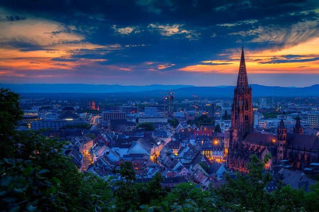 Romantische Abendstimmung über Freiburg .  | Foto: Madlen Steiner/adobe.com