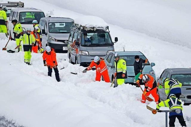 Schneechaos in Japan: Tausende im Stau und Tote