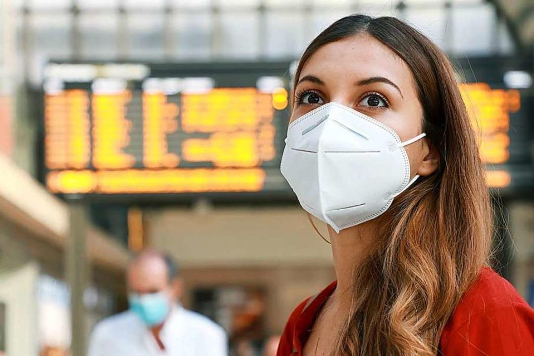 Eine Frau trägt eine Corona-Pandemie-A...Maske nach chinesischem Standard KN95.    Foto: zigres  (stock.adobe.com)