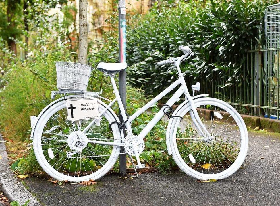 """An der Zasiusstraße erinnert ein &#822..."""" an den verunglückte Radfahrer.    Foto: Rita Eggstein"""