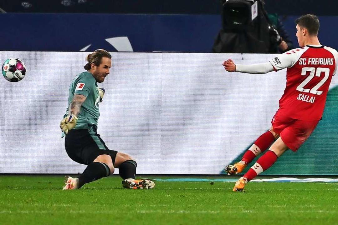 Roland Sallai bei seinem Heber zum 2:0-Endstand.  | Foto: INA FASSBENDER (AFP)