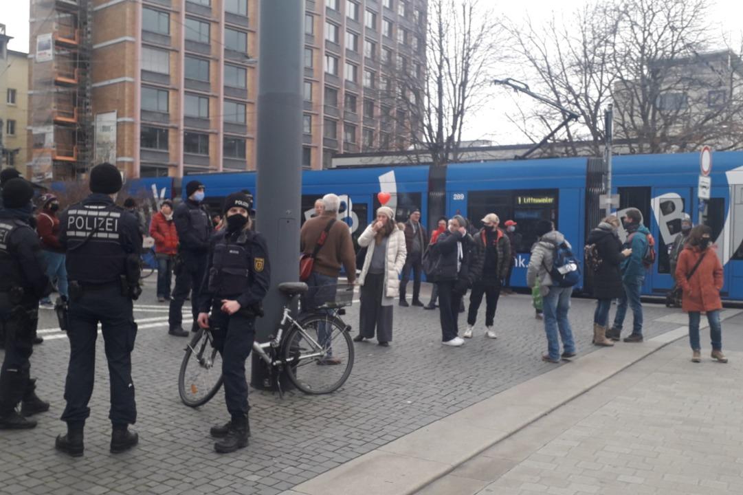 Die Polizei beobachten die sich versam...nige Passanten in der Stadt unterwegs.  | Foto: Stephanie Streif