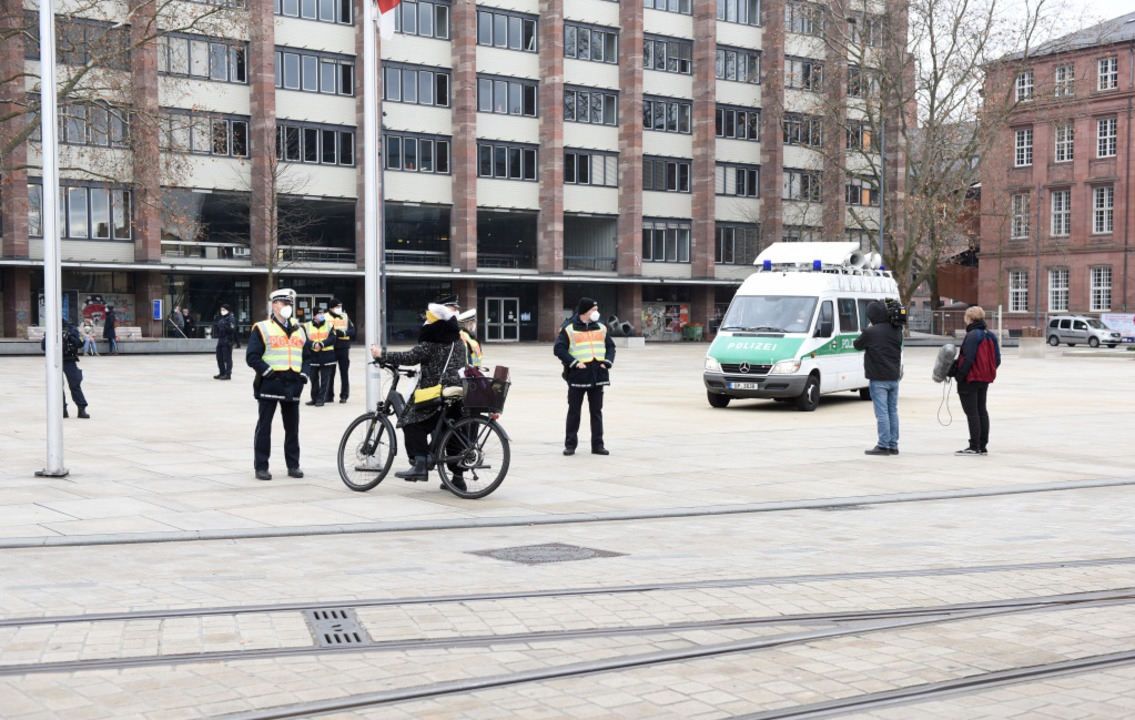 Die Polizei hat den Platz besetzt und ...urchsagen mit ihrem Lautsprecherwagen.  | Foto: Rita Eggstein