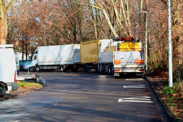 Poller sollen das Problem mit parkenden Lastern auf dem Parkplatz der