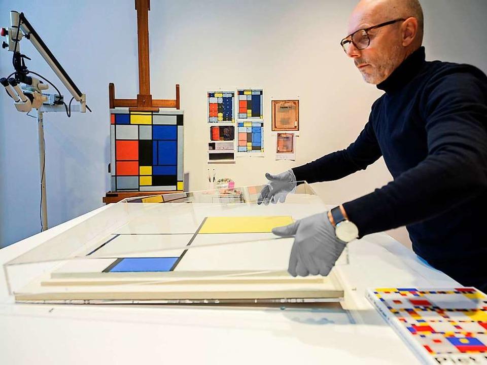 Restaurator Markus Gross untersucht be... eines der späten Werke des Künstlers.  | Foto: Fondation Beyeler/Werke Mondrian/Holtzman Trust