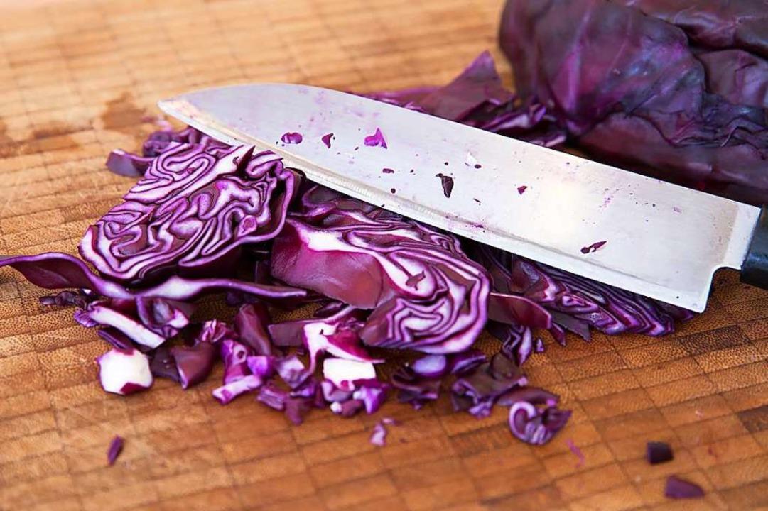 Das lila Gemüse: Rotkohl trifft scharfes Messer.  | Foto: Florian Schuh (dpa)