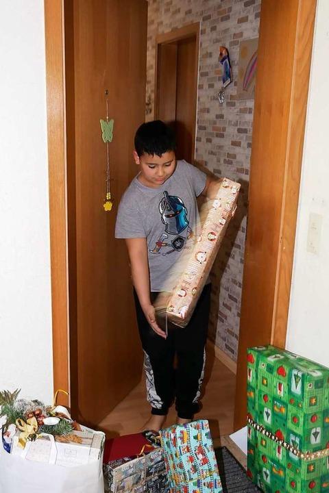 Anas nimmt Geschenke auch für seine Geschwister in Empfang.  | Foto: Eva Korinth