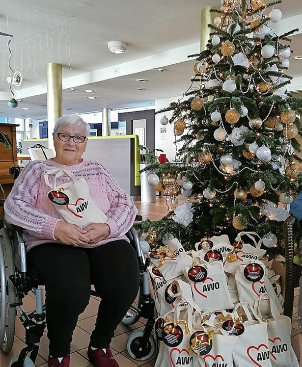 Ingeborg Schulz freut sich im Bürgerheim über die AWO-Tasche.  | Foto: AWO Rheinfelden