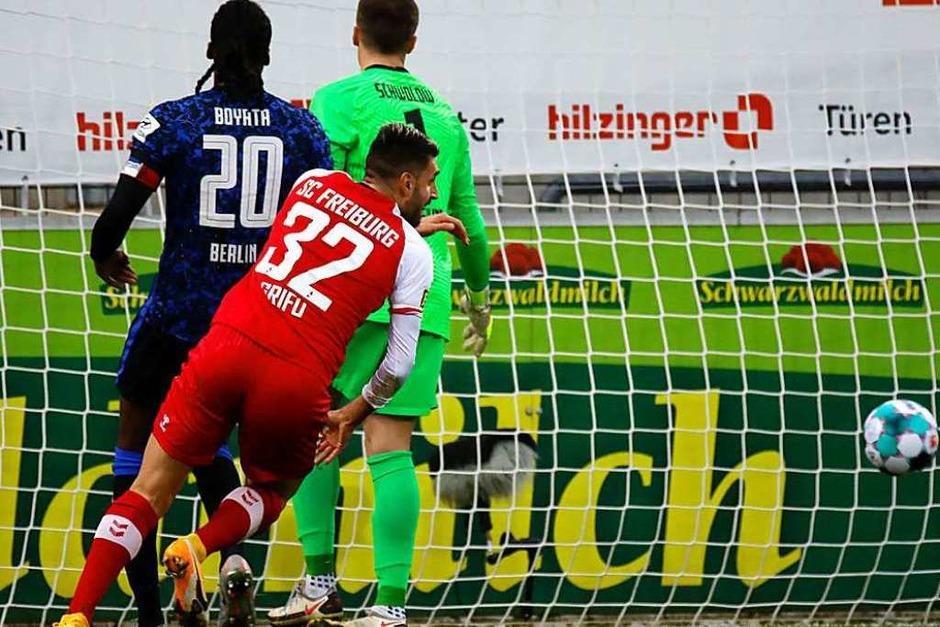 Mit dem dritten Sieg in Folge verabschiedet sich der SC Freiburg in die verkürzte Winterpause – muss aber zuvor noch ein Pokalspiel gegen Stuttgart bestreiten. (Foto: Philipp von Ditfurth (dpa))