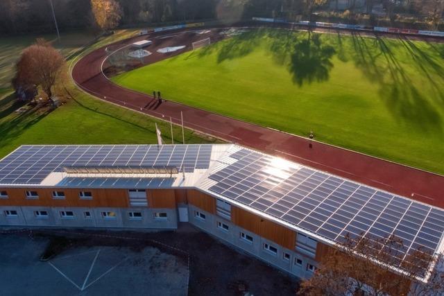 Auf dem Clubhaus im Jahnstadion geht eine Photovoltaikanlage in Betrieb