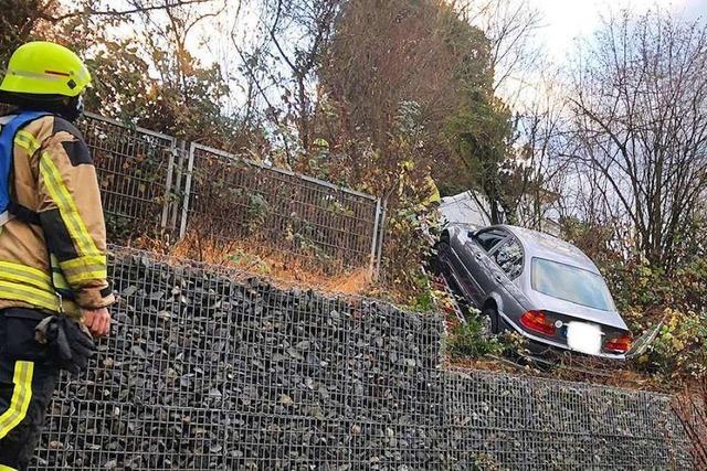Auto rollt steil abschüssigen Hang eines Gartens herunter