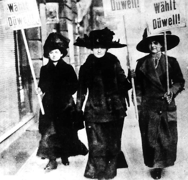 Im Jahr 1919 ein neues Bild: Frauen mi...Wahl zur Weimarer Nationalversammlung.  | Foto: -