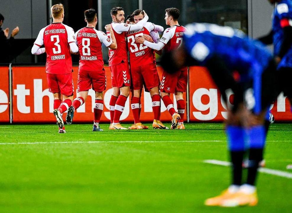 Jubelnde Freiburger und geknickte Berliner nach dem 2:1 für den Sportclub    Foto: SC Freiburg/Achim Keller