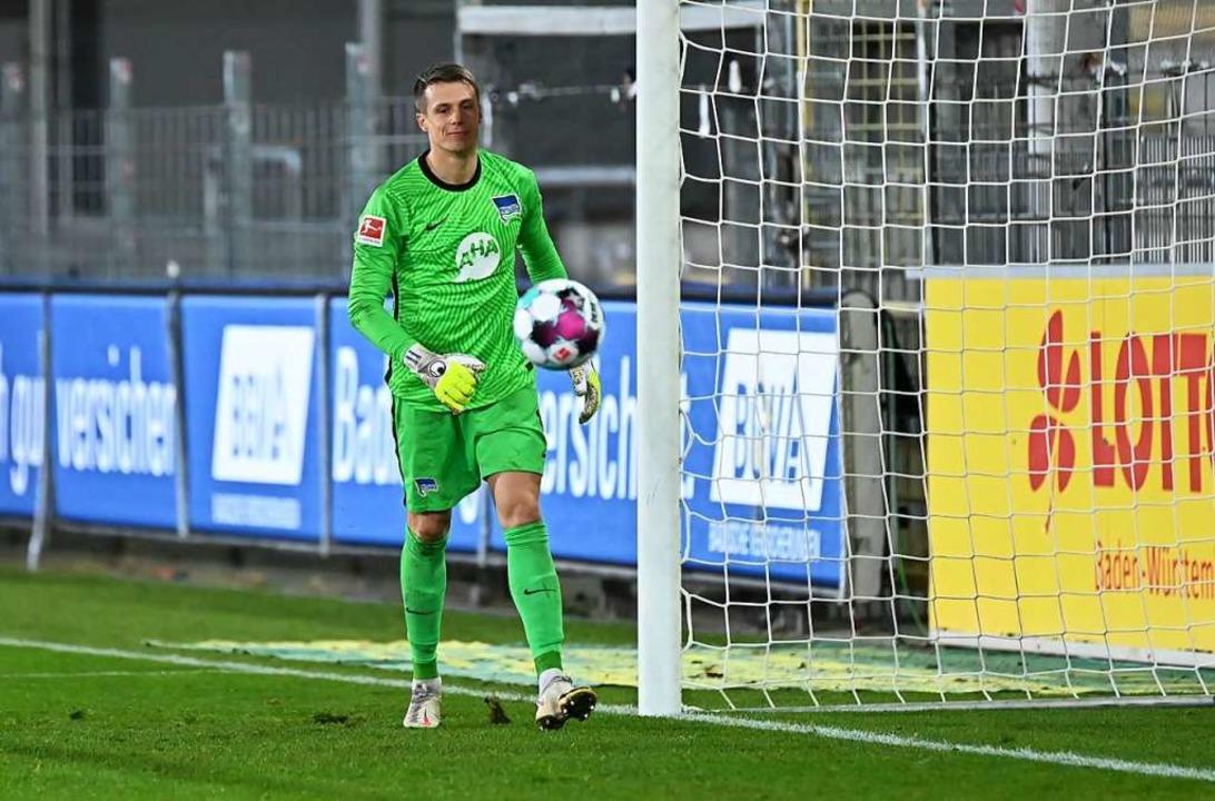 Ex-SC-Keeper Alexander Schwolow musste...rg vier Bälle aus seinem Netz fischen.    Foto: SC Freiburg/Achim Keller