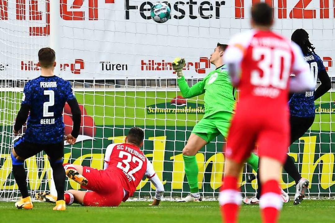 Per Flugkopfball überwindet Vincenzo G...gen Alexander Schwolow im Hertha-Tor.     Foto: SC Freiburg/Achim Keller