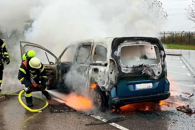 Auto mit fünf Hunden fängt nördlich von Offenburg Feuer