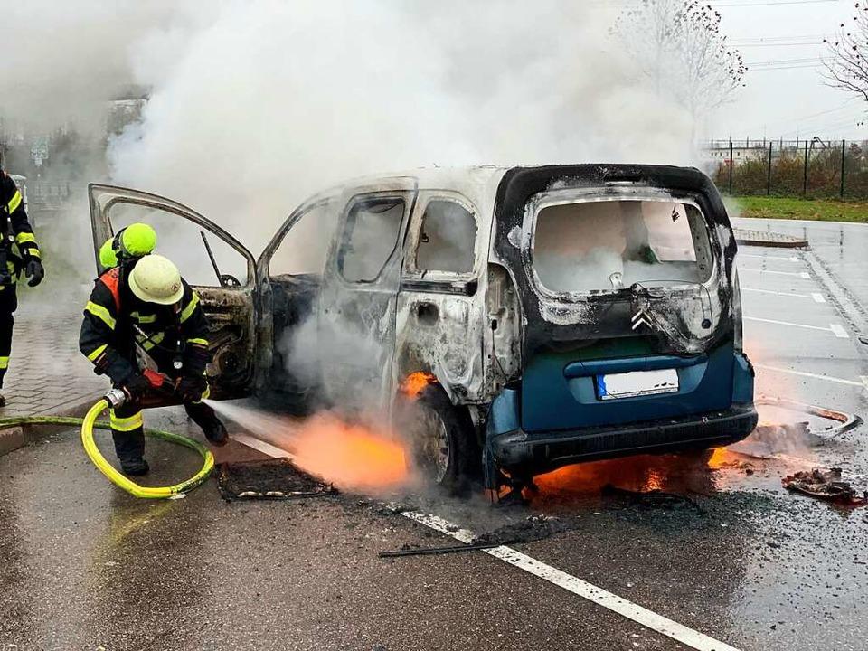 Löscharbeiten unter Atemschutz: Das Au...ie Feuerwehr nicht mehr zu verhindern.  | Foto: Feuerwehr Offenburg