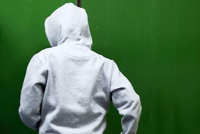 60-Jähriger wird von Jugendlichen auf dem Sportplatz an der Klarastraße verprügelt
