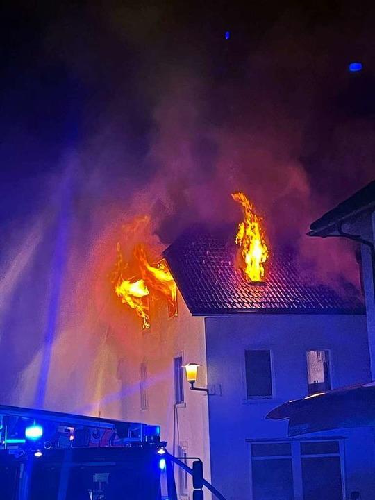 Der Dachstuhl stand in Flammen    Foto: Feuerwehr