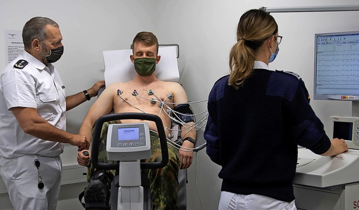 Der Leiter des Sanitätsversorgungszent...ier Markus Bayer mimte den Patienten.     Foto: Volker Münch