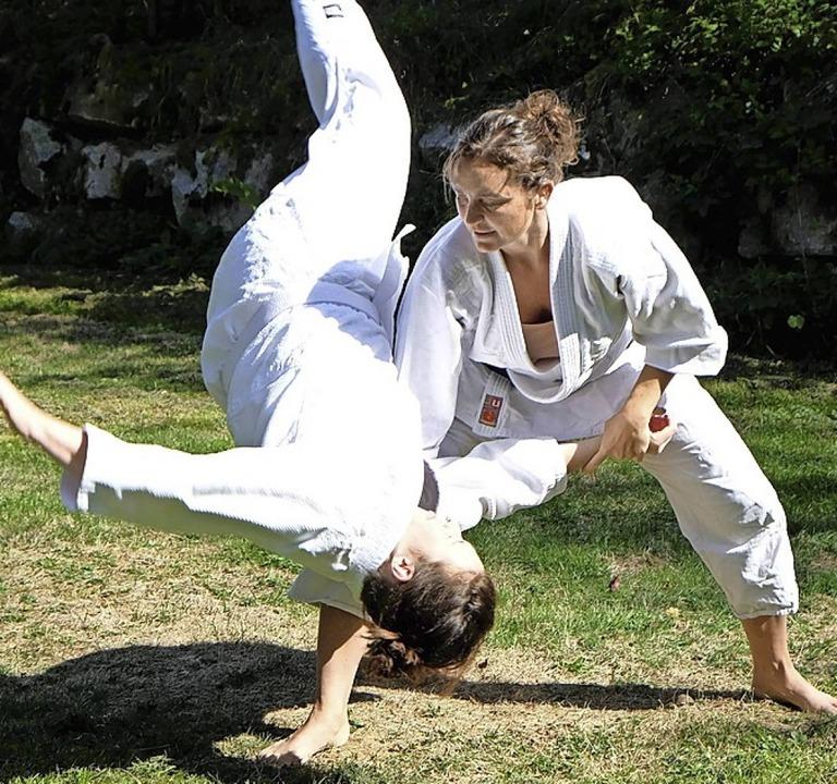 Die Vorsitzende und Trainerin der Aiki...le (rechts) im Kampf mit Susann Kütter    Foto: TV Bad Säckingen