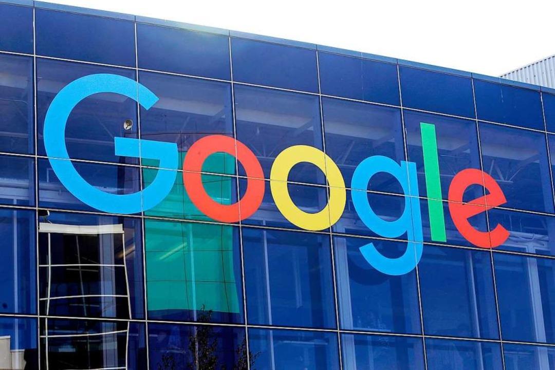 Internet-Riese Google: Logo  an der Fa...auptsitzes des Mutterkonzerns Alphabet  | Foto: Jeff Chiu (dpa)