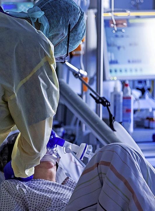 Zehn Ortenauer Covid-19-Patienten wurden am Montag invasiv beatmet.    Foto: Jens Büttner (dpa)