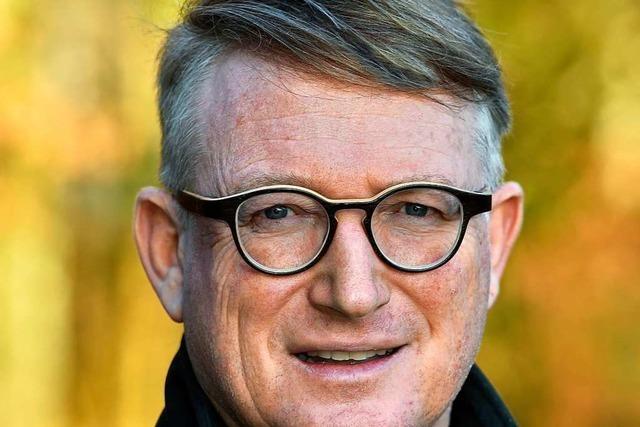 Förster Markus Müller hat Brennholz aus dem Freiburger Stadtwald per Telefon und Mail versteigert