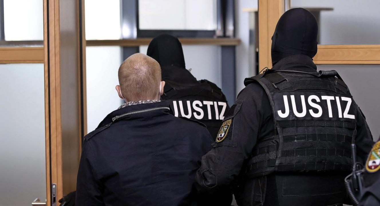 Rassenhass und Antisemitismus trieben ...der von  Justizbeamten begleitet wird.  | Foto: Ronny Hartmann (dpa)