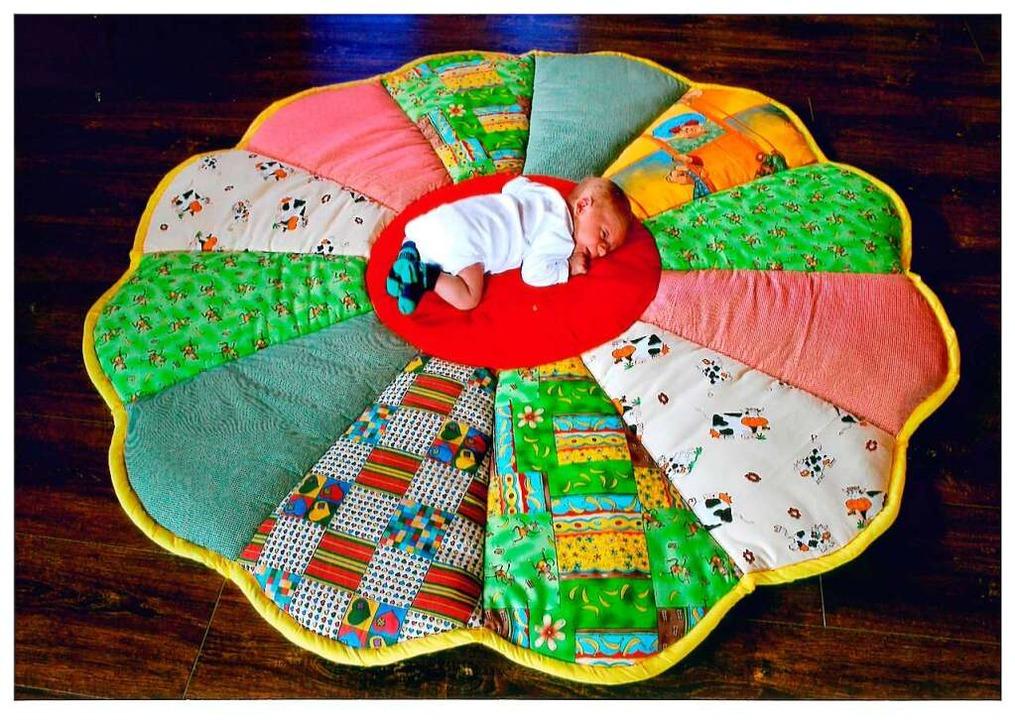 Krabbeldecke samt dem neugeborenen Enkel  | Foto: Privat