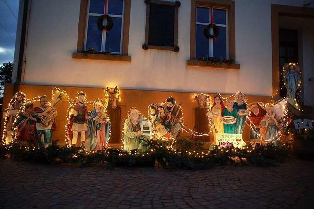 Ein weihnachtliches Wandgemälde von Petra Heck zeigt echte Menschen aus Adelhausen