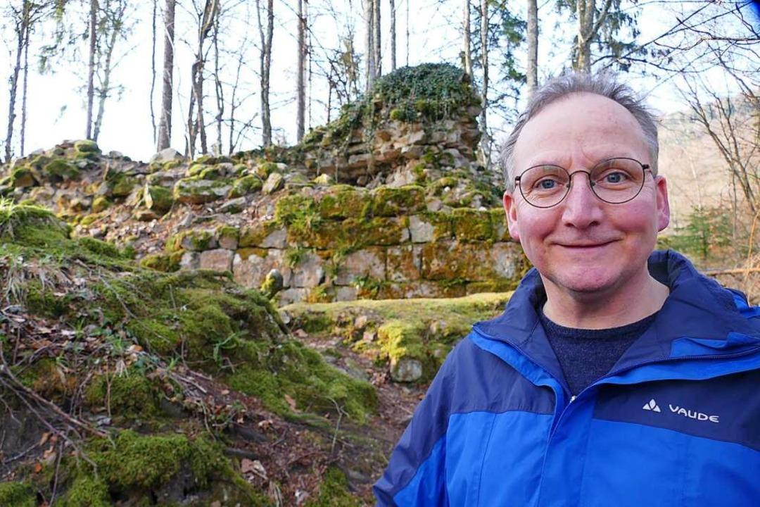 Er könnte sich einen Burgenpfad für Ra... Wilhelm Tholen vor der Ruine Fernegg.  | Foto: André Hönig