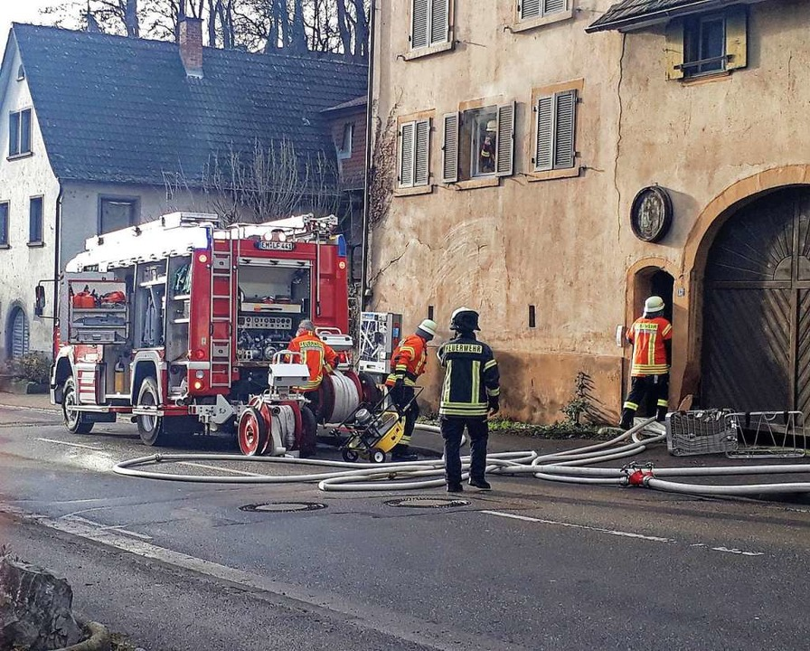 Rund 40 Feuerwehrleute waren in Bahlin...sache für die Rauchentwicklung heraus.    Foto: Ruth Seitz