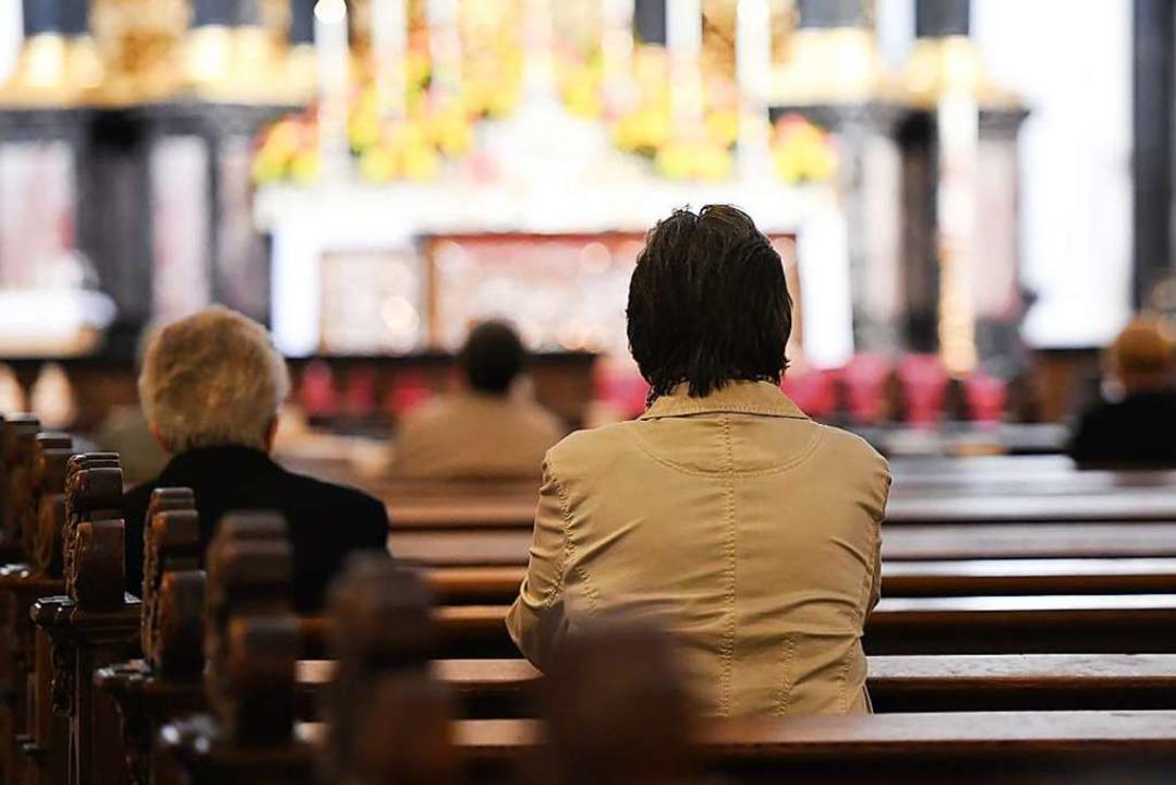 Viele Kirchenbänke werden in den nächs...zelt finden noch Gottesdienste statt.   | Foto: Arne Dedert (dpa)