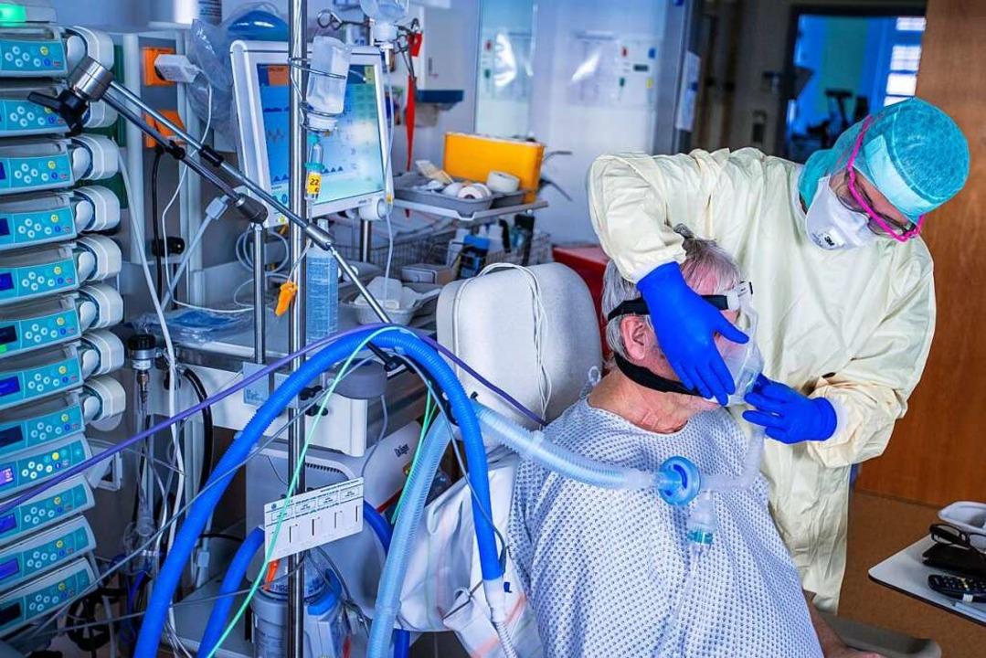 Weniger Covid-19-Patienten müssen in d... Symbolfoto, mit einer Beatmungsmaske.    Foto: Jens Büttner (dpa)