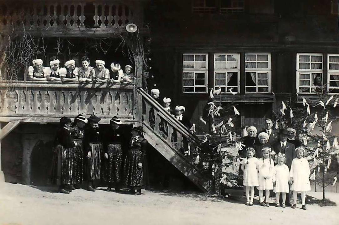 Für eine Hochzeit 1941 hatten sich die...nitt) entstand vor dem Gasthaus Engel.  | Foto: Christian Ringwald
