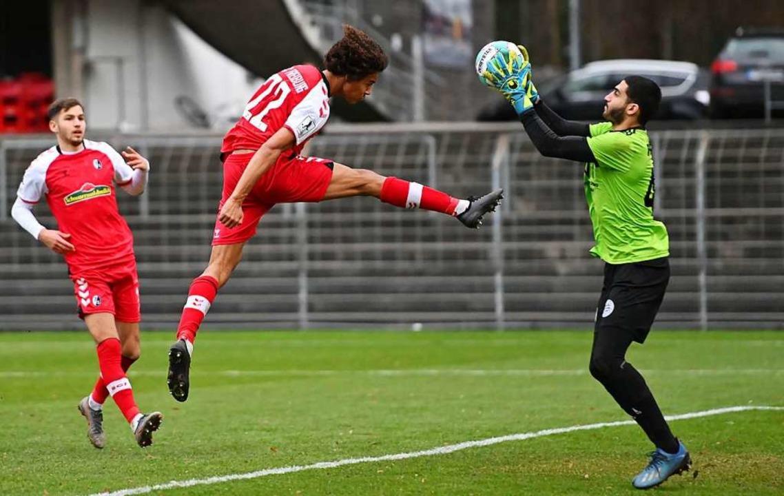 Die letzte Freiburger Chance gegen Alz... gegnerischen Torhüters Bilal Zabadne.    Foto: Achim Keller