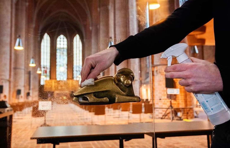 Auch in der Kirche wird desinfiziert: ...reitung für den Weihnachtsgottesdienst  | Foto: Julian Stratenschulte (dpa)