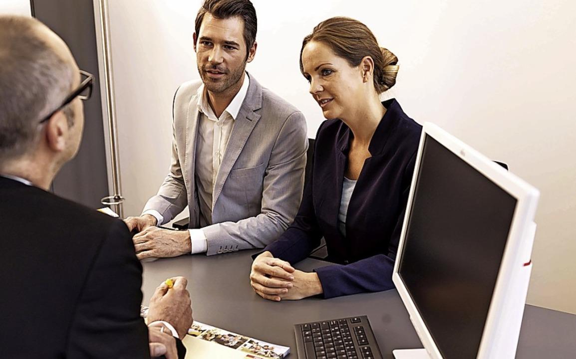 Ein Besuch bei einem Kreditinstitut  i...meisten Immobilienkäufer unumgänglich.  | Foto: Jörg Sikorski/Bausparkasse Schwäbisch Hall