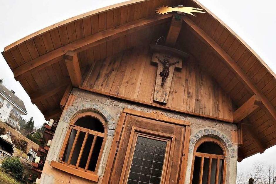Mit 15 Jahren hat Dirk Kern aus Falkau seiner Oma sein Wort gegeben eine Kapelle zu bauen, wenn er den Bürlehof übernimmt. Das Versprechen hat er nun eingelöst. (Foto: Susanne Gilg)