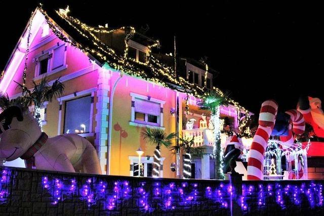 Vor einem Haus in Herbolzheim leuchten Santa Claus, Pinguine und ein riesiger Elch