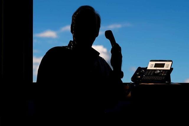 Falsche Polizisten rufen an, um Offenburger um ihr Geld zu betrügen